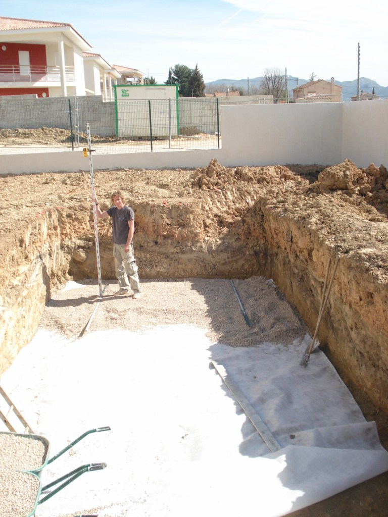 géotextile et radier au gravier pour la construction de votre piscine Ferré Piscines à Allauch dans les Bouches du Rhone 13