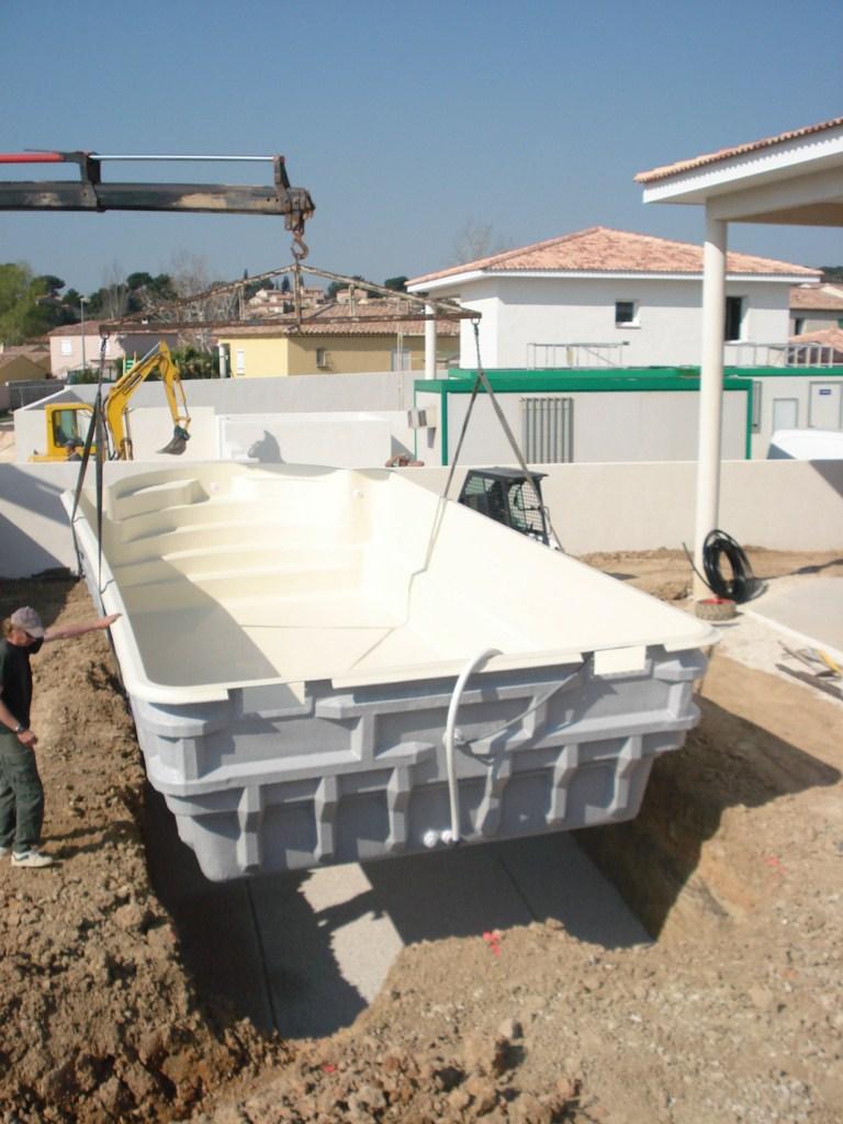 livraison de la piscine avec un camion grue ferr piscines allauch dans les bouches du rhone. Black Bedroom Furniture Sets. Home Design Ideas