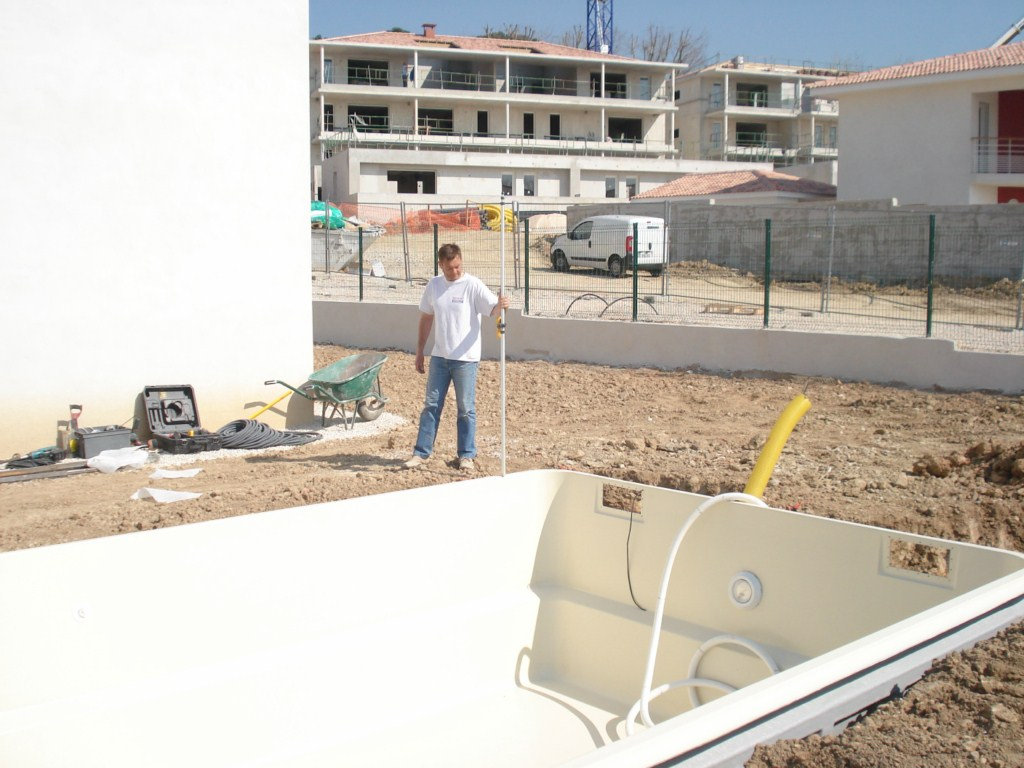 Constructeur de piscine en coque polyester g menos ferr for Piscine de gemenos