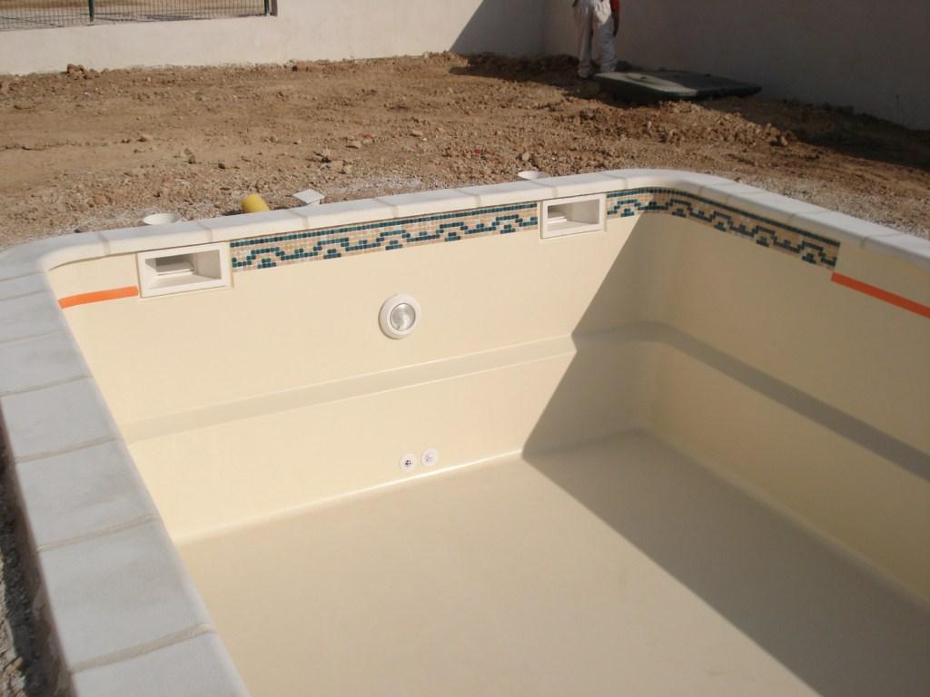 pose d 39 une frise ligne d 39 eau sur un bassin france piscines composites ferr piscines. Black Bedroom Furniture Sets. Home Design Ideas