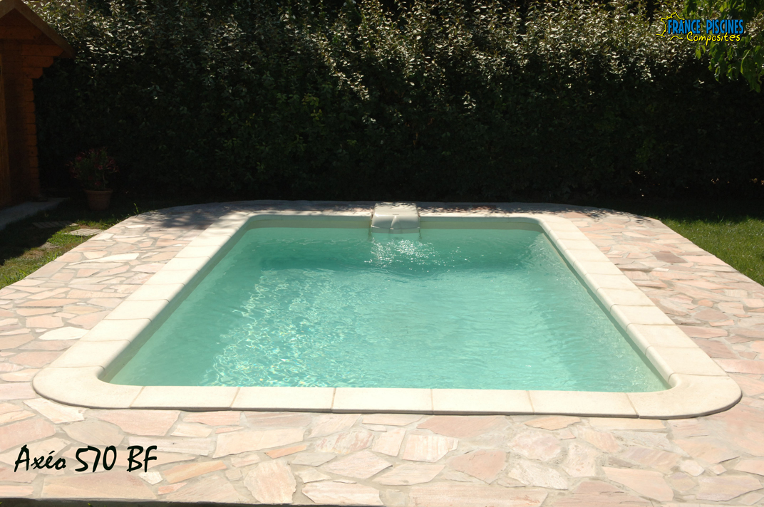 Piscine en coque polyester axeo 570 avec bloc filtrant nos for Chlorinateur piscine