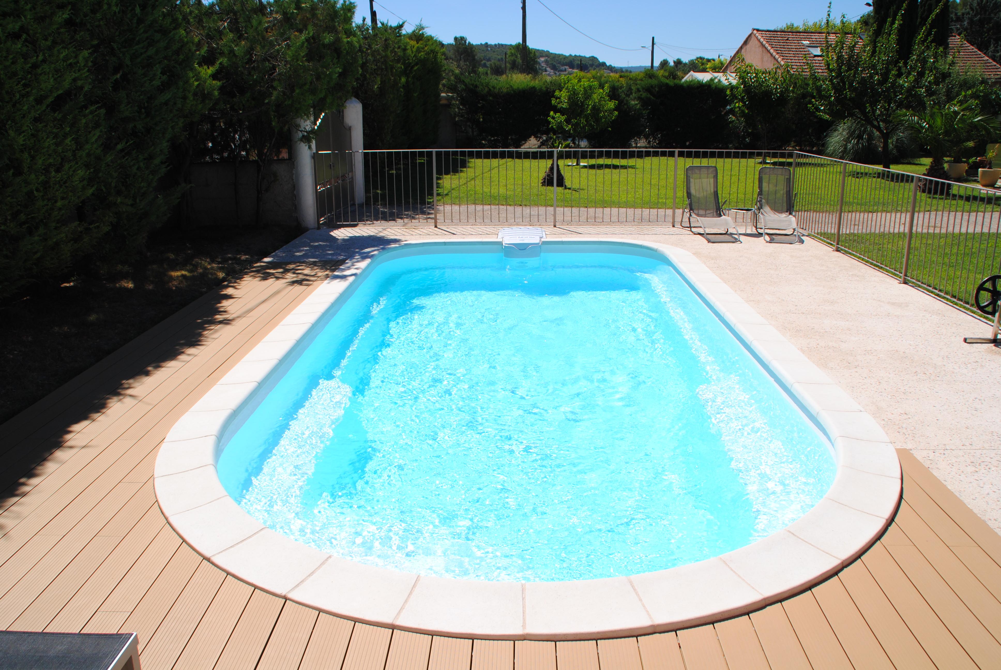 Coque polyester axeo 800 avec bloc filtrant nos piscines for Piscine monocoque polyester