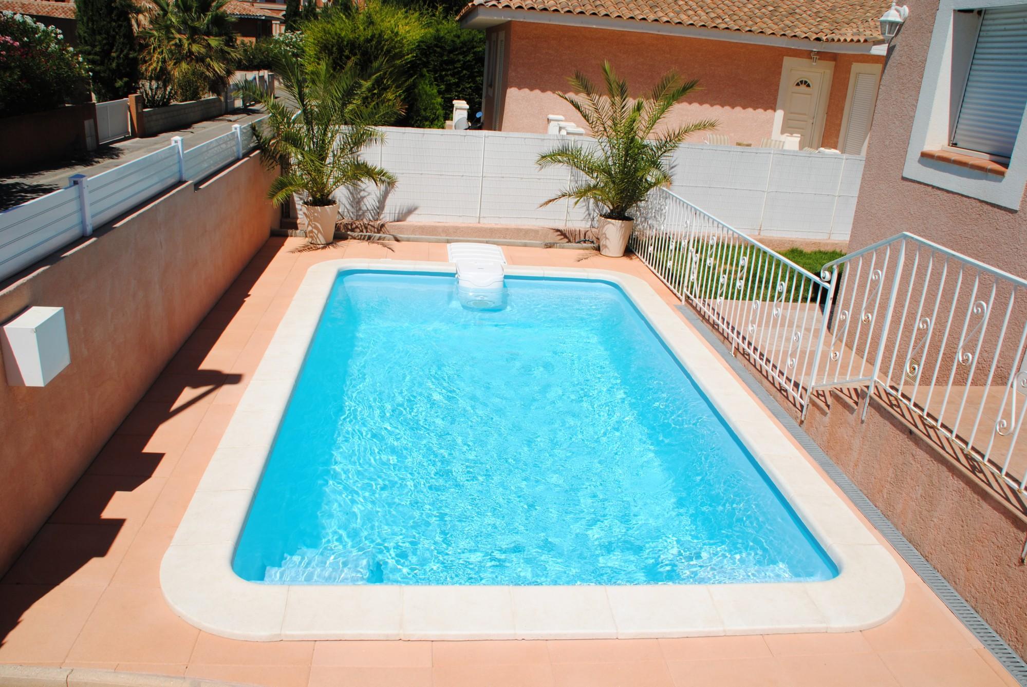 Piscine en coque polyester axeo 570 avec bloc filtrant nos piscines constructeur de piscine for Prix piscine sel