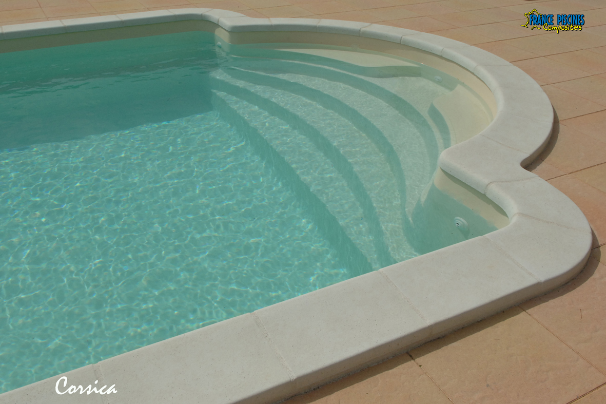 Piscine coque polyester corsica france piscines composites for Piscine coque polyester