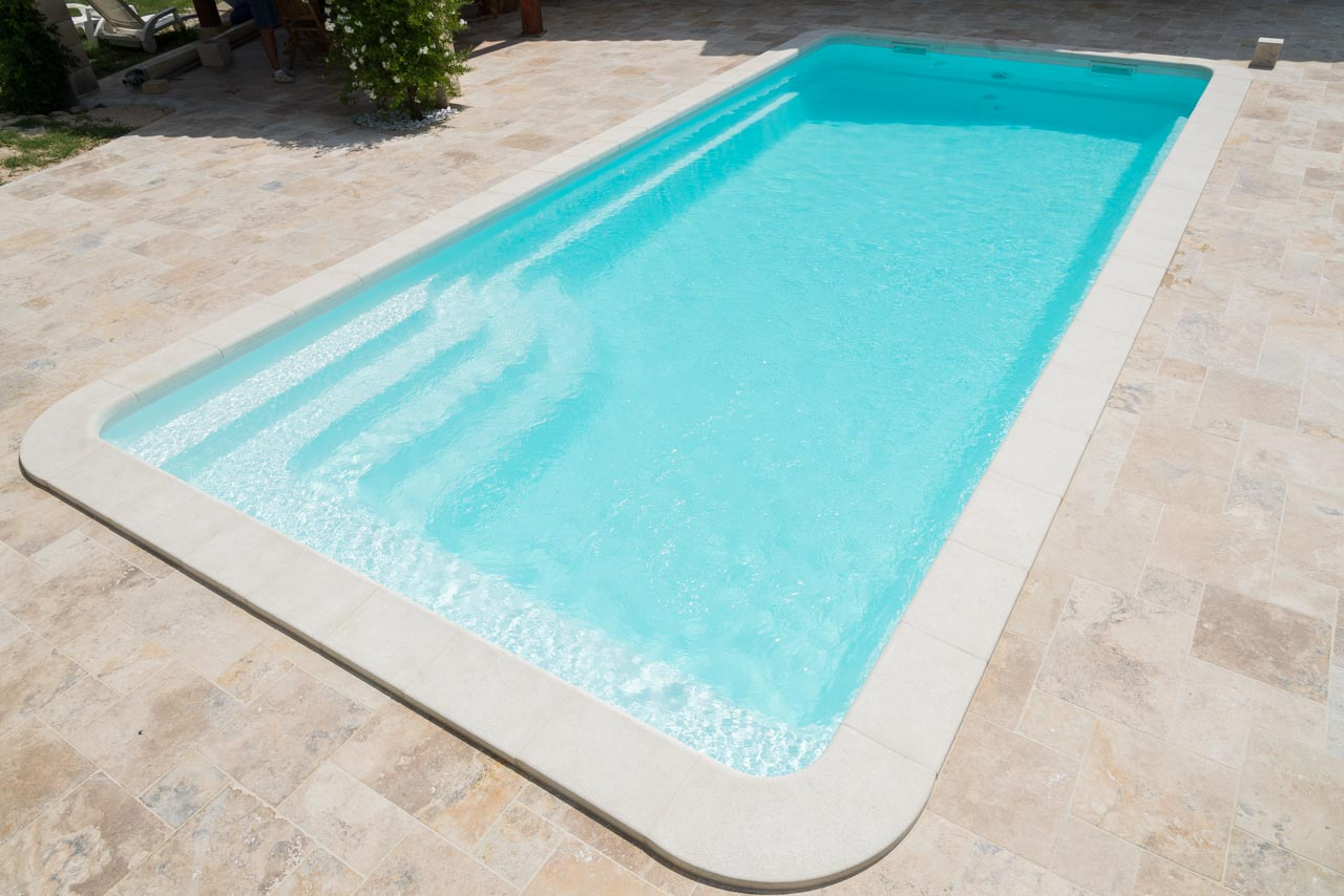 Piscine kit coque polyester rectangulaire feroe france for Piscine composite