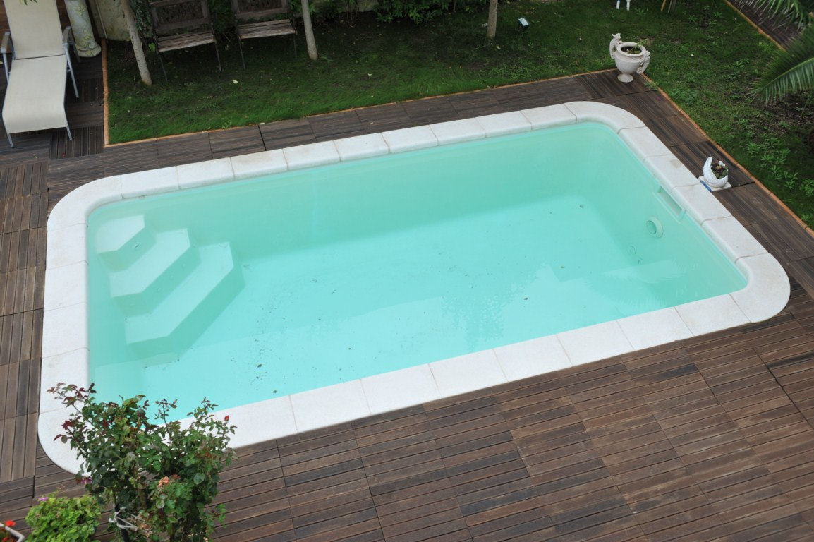 Piscine kit coque polyester minorque marseille allauch nos for Kit piscine beton semi enterree