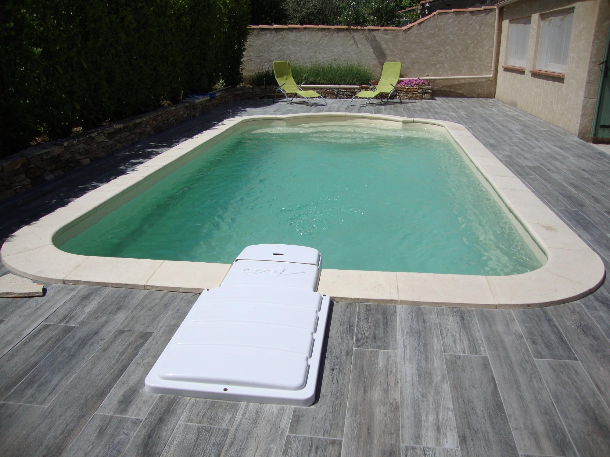 Piscine polyester rectangulaire avec escalier roman 730ft for Piscine polyester prix
