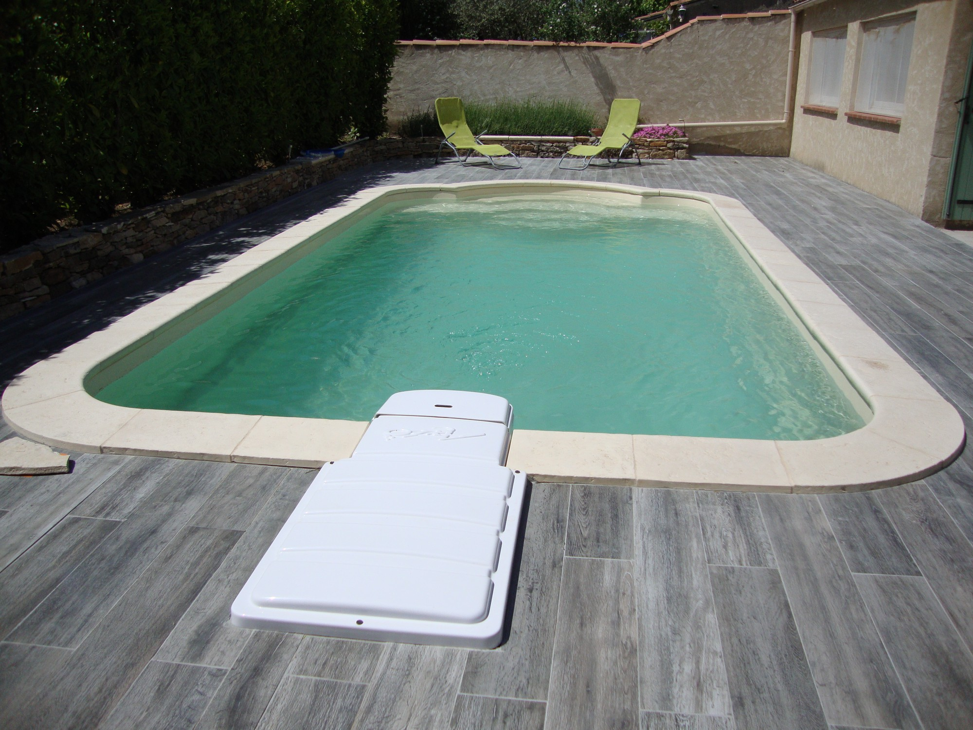 Piscine polyester rectangulaire avec escalier roman 730ft nos piscines constructeur de piscine - Piscine miroir prix fort de france ...