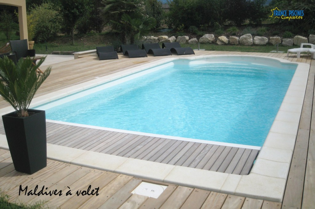 Piscine kit coque polyester maldives avec couverture immergee france piscines composites nos for Piscine enterree prix