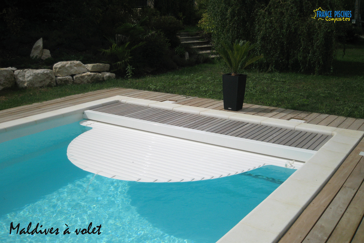 Piscine kit coque polyester maldives avec couverture immergee france piscines composites nos - Couverture piscine volet roulant montpellier ...