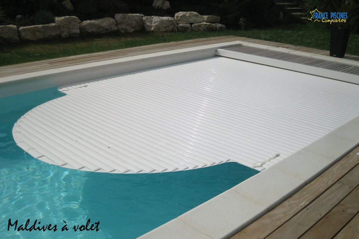 Piscine kit coque polyester maldives avec couverture for Kit piscine coque polyester