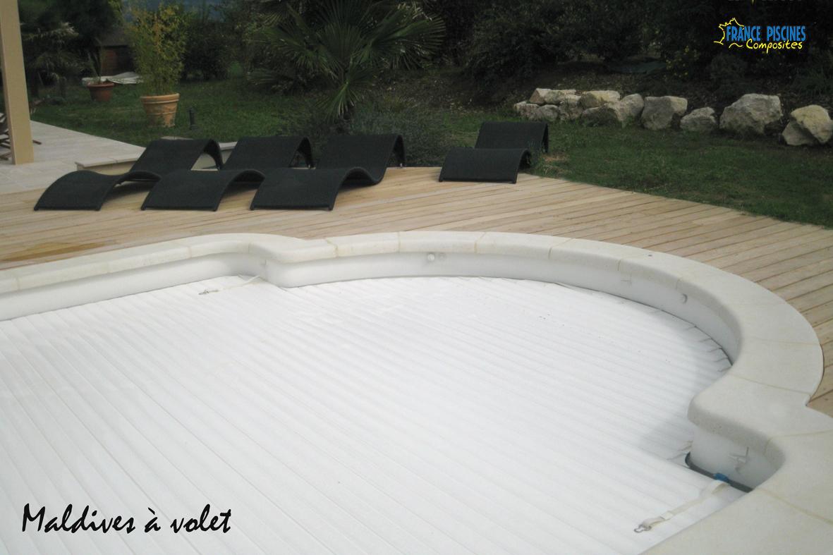 Piscine kit coque polyester maldives avec couverture for Constructeur de piscine