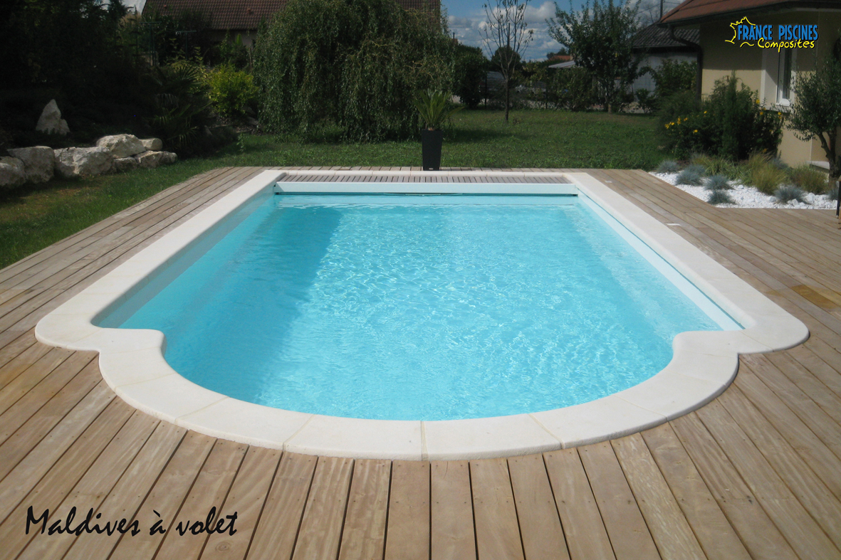 Piscine kit coque polyester maldives avec couverture for Kit piscine coque
