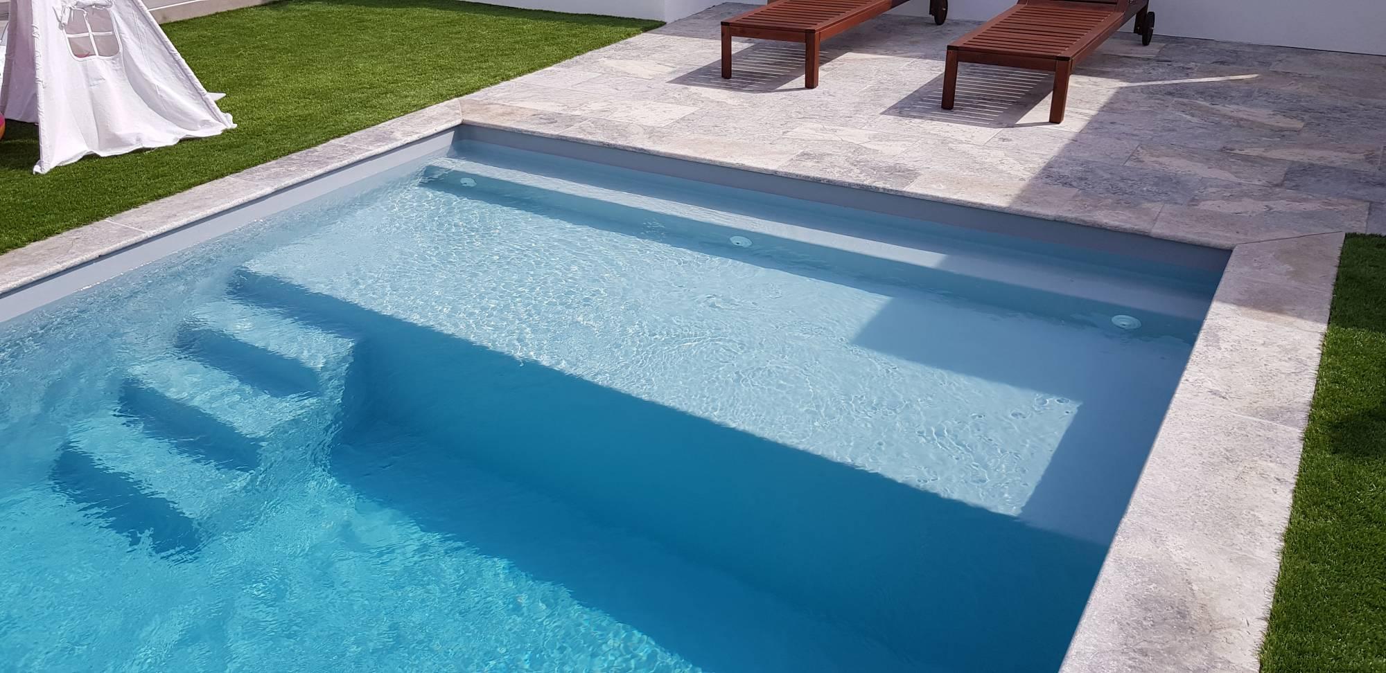 Piscine Beton Avec Plage Immergée livraison et installation par ferré piscines d'une coque