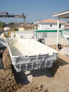 Livraison de la piscine avec un camion grue Ferré Piscines à Allauch dans les Bouches du Rhone 13