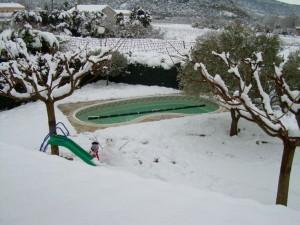 piscine en coque en forme haricot France Piscines Composites avec flotteurs d'hivernage