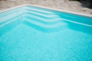 Escalier avec banquette piscine coque BORNEO FRANCE PISCINES COMPOSITES