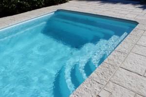 Escalier avec banquette sur piscine Bornéo France piscines Composites Allauch Marseille 13